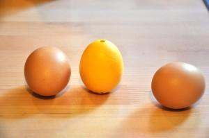 Schantall (Mitte) kontrolliert die Kochzeit von Eiern und spielt lustige Musik, wenn sie fertig sind. Foto: Freiwald