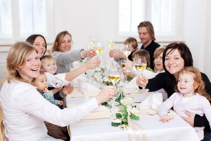 Damit genug große und kleine Gäste an eine festliche Tafel passen, sollte der Tisch groß genug sein. Foto: contrastwerkstatt - Fotolia.com