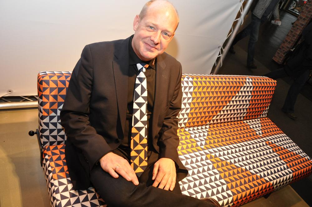 Das Klappsofa erinnert an die 60er. Dazu passt der Schlips von Verkäufer Lars Dalsgaard. Foto: Stefan Freiwald