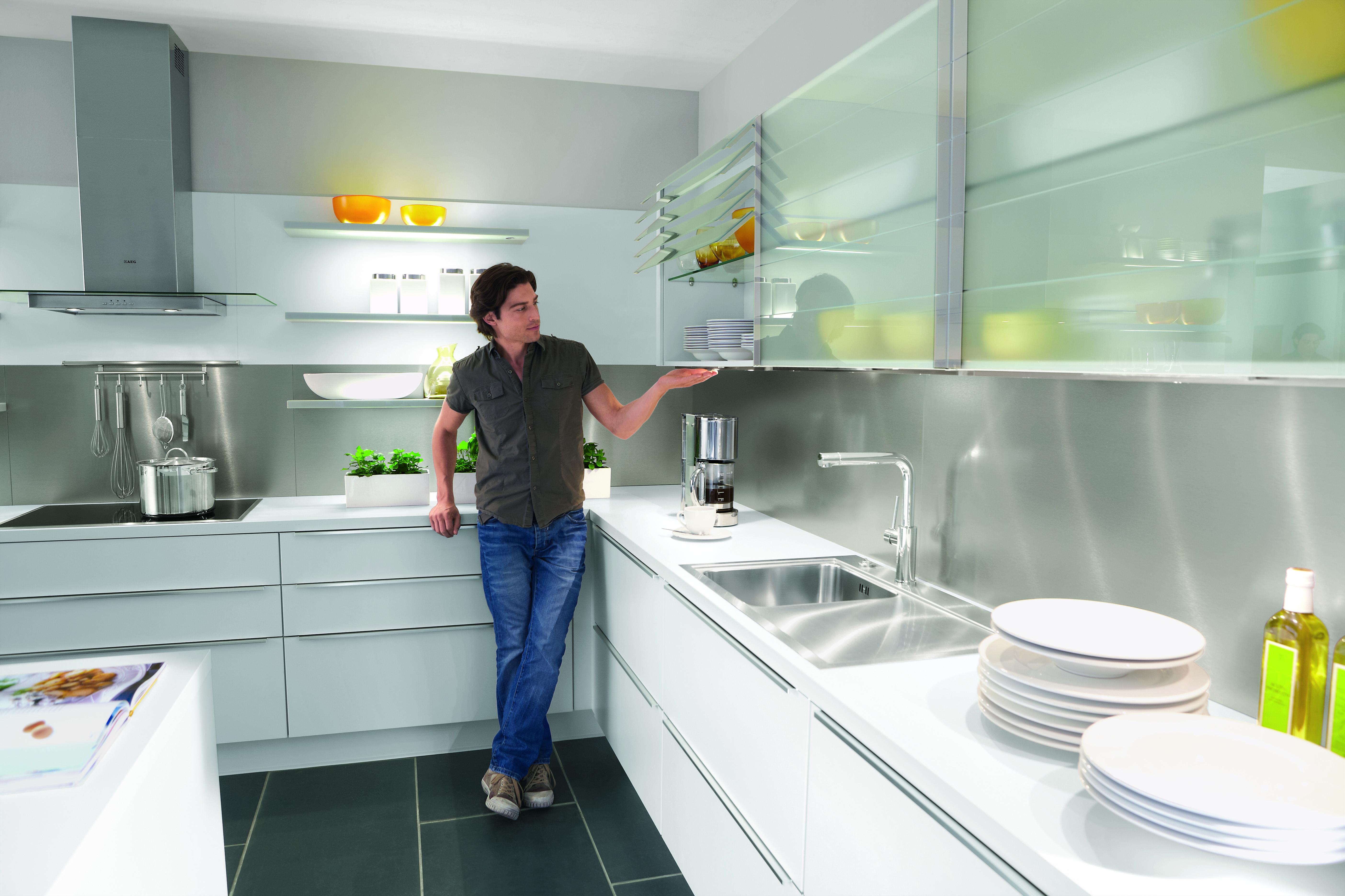 Glasoberflächen sind im Trend, besonders in Kombination mit Unilack-Fronten und einer weißen Arbeitsplatte. Foto: Nobilia