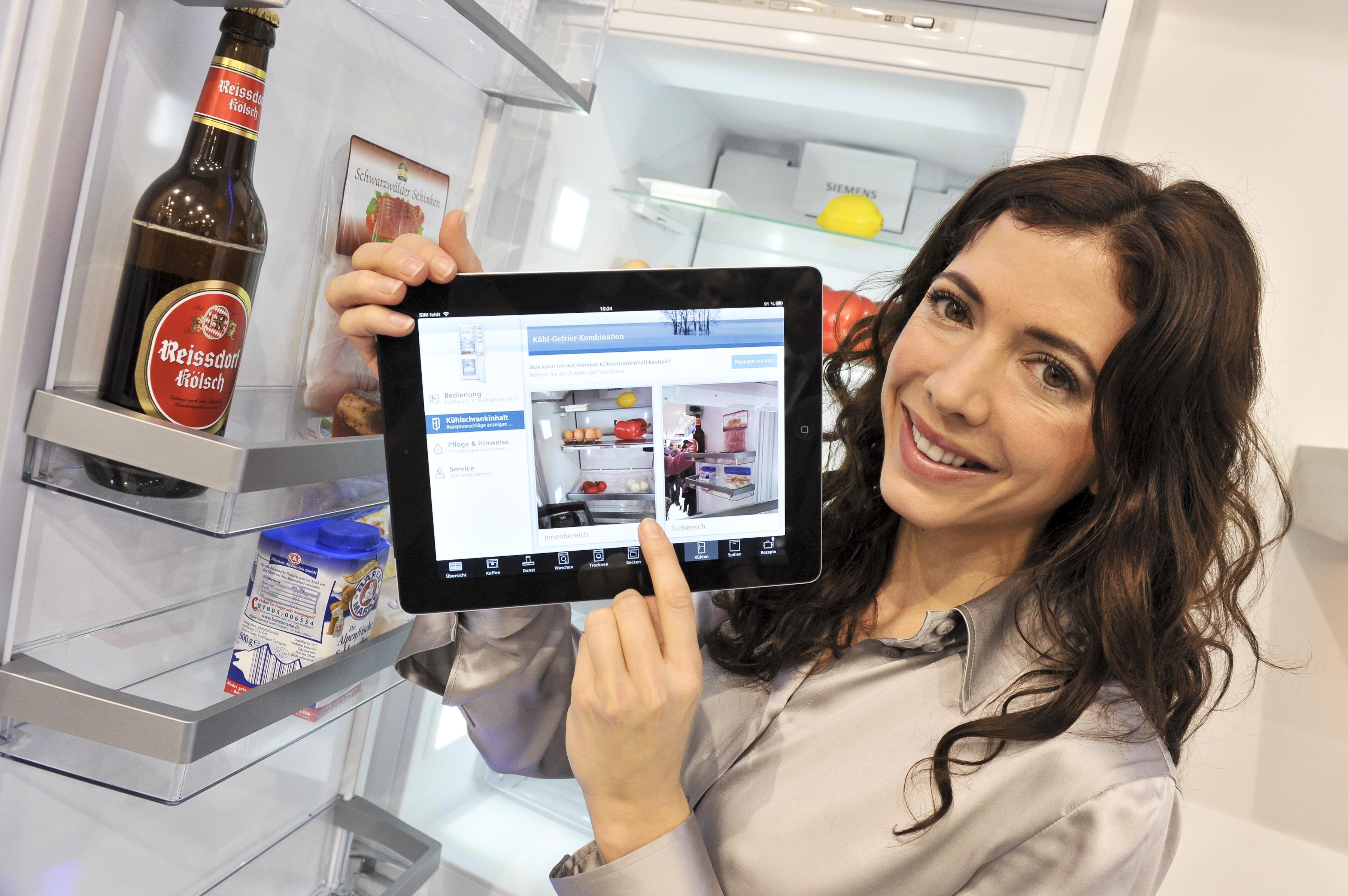 Einen Kühlschrank mit integrierter Kamera hat Siemens entwickelt. Sie ist mit dem Tablet-PC verbunden, der gleich ein Rezept zum Kühlschrankinhalt parat hat. Foto: Living Kitchen 2013