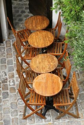 Gartenmöbel sehen lange schön aus, wenn sie regelmäßig gepflegt werden. Foto: 75tiks - Fotolia.com