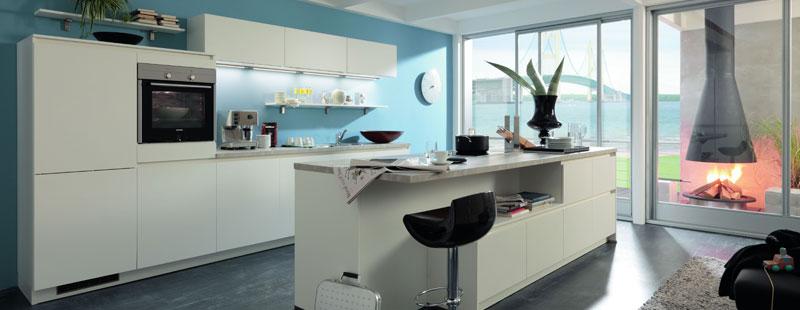 Weiße Schränke, weiße Arbeitsplatte: Dies Kombi wirkt sehr edel und ist leichter zu reinigen als manche glauben. Foto: Hersteller